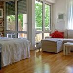 Apartment Wohnbereich und Balkonzugang